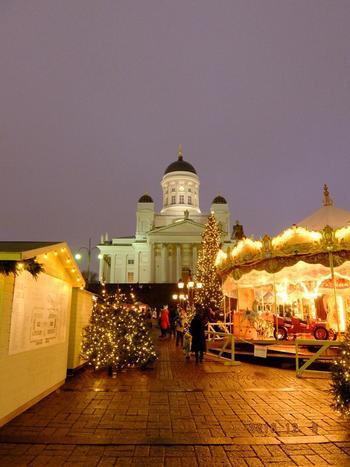 12月になると「ピックヨウル」(pikkujoulu)と呼ばれるクリスマスパーティーでホリデーシーズンをお祝いします。ライトアップされるマーケットにはクリスマスギフトや、クリスマスフード、体の温まるグロギ(フィンランドのホットワイン)が並び、街中が賑やかな雰囲気に。 一番人気があるのはヘルシンキクリスマスマーケット。手作りギフトやクリスマスオーナメント、地産の魚や肉、総菜などを売るお店が100店舗以上並び、サンタクロースが毎日登場!広場の中央には子供たちが無料で楽しめるメリーゴーランドが設置され、懐かしい雰囲気を演出します。