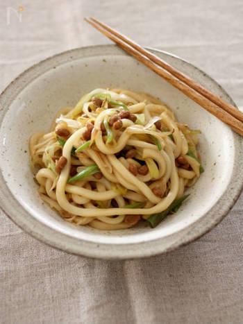 『ねぎ納豆の焼きうどん』  ねぎを炒めて、うどんを炒めて、納豆と和えてできあがり。休日のランチにぴったりです。