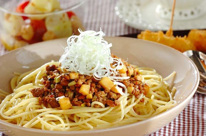 『納豆とひき肉のパスタ』  甘辛いひき肉納豆を麺によくからめて召し上がれ。甜麺醤や豆板醤を使った、中華風レシピです。