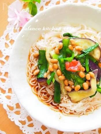 『茄子とニラの納豆そうめん』  野菜の彩りが目にも楽しいレシピ。梅肉を添えると酸味が加わり食が進みます。