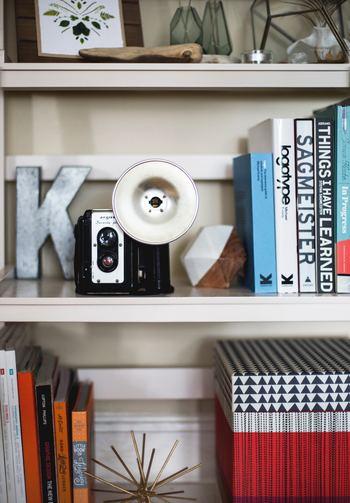 本の物量が確認できたら、次は雑誌、単行本、大型本などの大まかなジャンルにグループ分けして、収納場所をざっくり決めていきます。本を取り出しやすいのはもちろんですが、雑貨などを置くスペースなどもあらかじめ決めて置くとより見栄えの良さを意識した本棚収納を叶える事ができます。