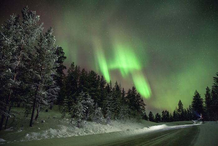 フィンランドの北部にあるラップランドは、1年で200夜もオーロラが現れると言われるほど観測にぴったりな場所。特にイナリ、サーリセルカ、イヴァロ、ロヴァニエミなどはまさにオーロラが発生する領域の真下にあり、幻想的なオーロラを堪能できます。8月の終わりから4月までがシーズンですが、見れない夜もあるので日程に余裕のあるスケジュールを組んでくださいね。