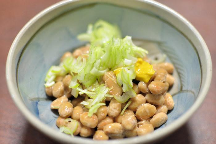 日本で古くから愛されている国民食「納豆」。安くて手軽に栄養が摂れるとあって、いつも冷蔵庫に常備してあるという方も多いのではないでしょうか?