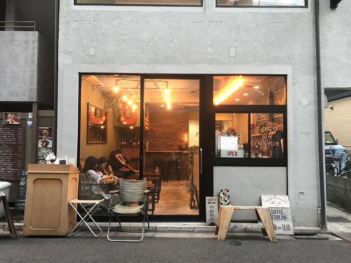 コレド日本橋直ぐ側にあるカフェ「マイティ ステップス コーヒー ストップ」は、ヴィンテージ感が漂う、ちょっとクールな見た目がとってもお洒落。ビルの1階にあり、2回はヘアサロンになっています。インスタグラムにもよく登場する人気店です♪