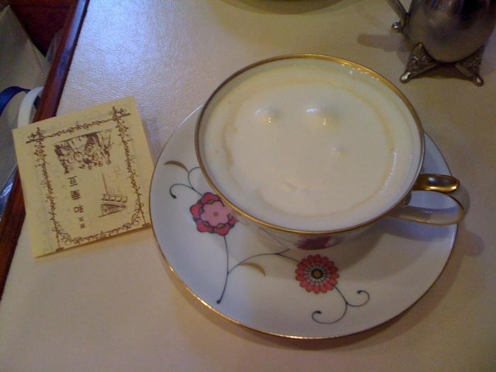自家焙煎のコーヒーは、一杯ずつサイフォンで淹れるというこだわりよう!苦みと酸味のバランスの取れたコーヒーの上に、ほっこり甘い生クリームが乗ったウィンナーコーヒーです。