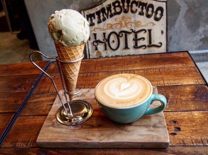 コーヒーは3種類の豆がラインナップ。それぞれの味わいについて、スタッフの方が丁寧に説明してくれるそうです。そして、こちらのカフェの一番人気が、アイスクリーム。11時からオーダー可能だそうです。味は、ピスタチオ、マスカルポーネ、フランボワーズ、ミルクコーヒー、塩キャラメルの6種類。どの味にしようか、考えるのが楽しくなりそう!その他にパンやクッキーといった焼き菓子もあり、コーヒーと一緒に楽しむことが出来ます。