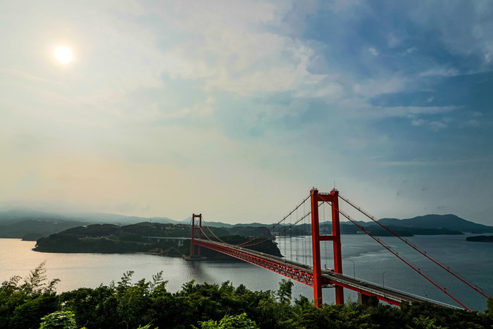 島と本土をつなぐ平戸大橋により、車での移動が可能となった「平戸島」。1550年代より貿易の街として港を開き、当時は、ポルトガル、オランダなど、諸外国の船を受け入れていました。キリスト教に強く影響を受けて、独特の歴史を歩んできた島です。