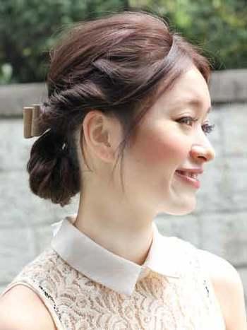 サイドの髪と一緒に伸ばしかけの前髪をねじりこんだすっきりとしたアップスタイル。顔まわりに前髪を少し残して抜け感を演出するのを忘れずに♪