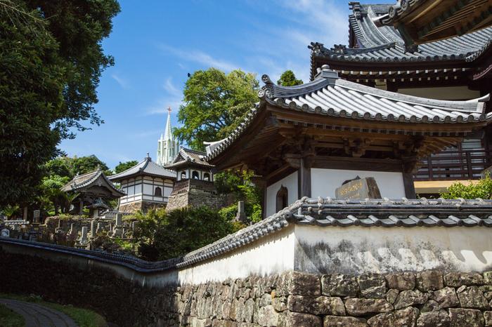 日本でもここだけだと言われる「寺院と教会」がワンフレームに収まる風景です。和洋が共存する不思議な景観は、見逃せないスポットのひとつです。車は、この場所から3分程の場所にある、平戸港交流広場に駐車することができます。駐車料金は2時間まで無料。※石段のルートは徒歩のみ可能。車では、入ることができません。