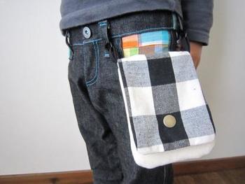 シザーケースのようなこちらの縦型移動ポケットは男の子にぴったり。 ベルトループにクリップを留める方法は、クリップが苦手なお子さんにも良いですね。