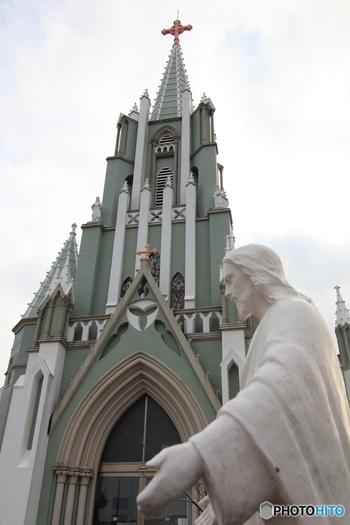 寺院が立ち並ぶ横にある、上へと向かう石段を登りきると、「フランシスコザビエル記念教会」が現れます。県内でもその景観の美しさにおいて、一目置かれている存在です。無料で開放されており、内覧することが可能です。
