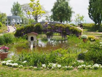 """ガーデニングは大きく、英国式・フランス式・イタリア式の3つに分けられます。18世紀頃に英国式庭園のスタイルが確立するまでは、イタリア式やフランス式が主流でした。英国式庭園の黎明期には、「絵画のような理想的な庭を作ろう」という動きがあったそうです。そこで提唱されたのが「風景式庭園」というスタイル。それまでは直線で整備された区画や左右対称のレイアウトなど整形式庭園がフランスなどで広まっていました。それに対し、""""あるがままの自然の優美さをもっと楽しもう""""という意図から発展したのが風景式庭園(自然式庭園)です。伝統的な日本庭園もまた風景式庭園のスタイルをとります。  その後、東洋風の風物の流行に伴い中国風の仮山を取り入れたり、エキゾチックな四阿が取り入れられるなど、時代ごとに変遷しつつ英国式庭園は世界中で愛されてきました。"""