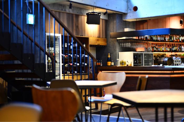 広々とした地下のラウンジは、夜になるとバーとして楽しめるカフェスペースに!バーカウンター、ソファ席、テーブル席があり、落ち着いた雰囲気がとても魅力的。お友達と語らったり、夜の食事を楽しみながらお酒をゆっくりと楽しめる素敵な空間です。