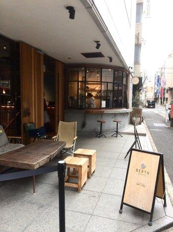 東日本橋駅から徒歩5分、ホテルCITANのビルの1階にある「バース コーヒー」は、テイクアウトもOKのカフェ&バー。店頭には、テイクアウト用の窓口もあるので、日本橋散策の途中で、コーヒーだけをテイクアウトすることも出来ます。