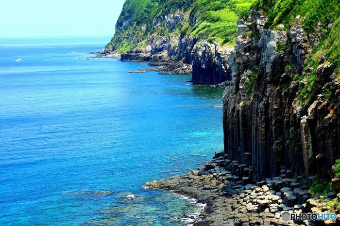 生月島「塩俵の断崖」。禁教令の弾圧を逃れてたどり着いた信者にとって、荒々しくも自然豊かな安住の地となりました。