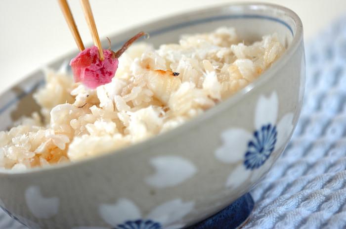 鯛を香ばしく焼いてからお米とともに炊き、桜の花や木の芽を散らした季節ごはん。優しい香りと味わいに、春の訪れをしみじみと感じます。さらに春の食材を使った和え物や煮物などを合わせれば、立派なごちそう御膳になりますね。