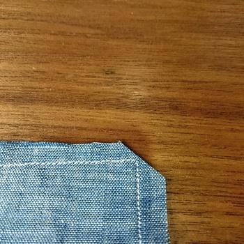 ティッシュケースなどの四角い小物の出来を左右するのは、なんといっても角の出方。角が綺麗にでるかどうかは、返しかたで決まります。  縫い代が重なってゴロゴロすると角が丸くなってしまうので、画像のように、角に縫い代が集まる場合は余分な縫い代をカットしましょう。