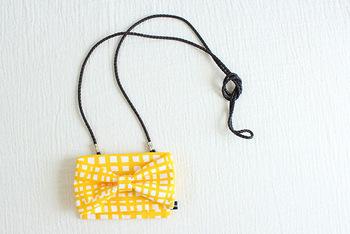 リボンを一緒に縫い込むとお出かけバッグのよう。クリップをつける部分にストラップをつけて。ショルダーバッグ型にピッタリなデザインですね。
