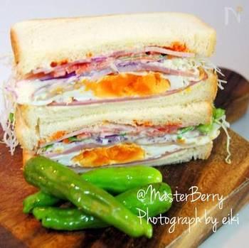 こちらは目玉焼きを挟んだサンドイッチ。目玉焼きは半熟にするほうが、彩りがきれいなのでおすすめ!
