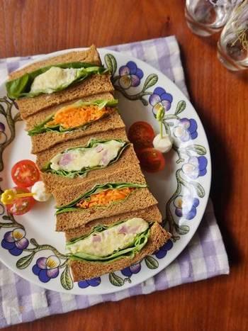 全粒粉パンなど、淡い茶色のパンを使うことで、にんじんやレタスの彩りが際立ちます。ポテトサラダにベーコンやキュウリなどで色合いをプラスすればさらに彩り豊か♪
