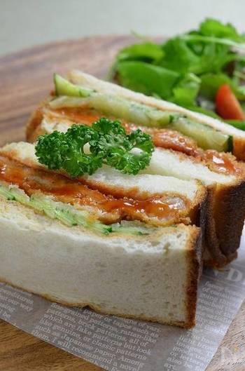 やわらかカツとパンがベストマッチ!カツを揚げるときのコツは、包丁の背で肉をしっかりたたくこと。