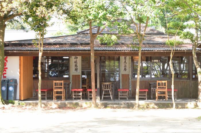 御参りの後は諏訪神社の中にある「月見茶屋」で一息つきましょう。建物は名前の通り「茶屋」らしく、とても風情があり、人気のスポットとなっています。 名物は「かけうどん」と、きなこと餡(あん)の「おはぎ」です。