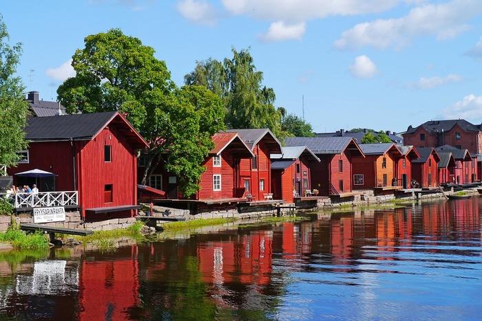 ヘルシンキからわずか50kmの場所にある街で、観光客にも人気のスポットです。中世に造られた石畳の通り、大きさの異なる敷地にモザイク状に建てられた木造住宅…。歴史を感じながら散策を楽しんだり、カフェ巡りをしたりするのにぴったりの場所です。