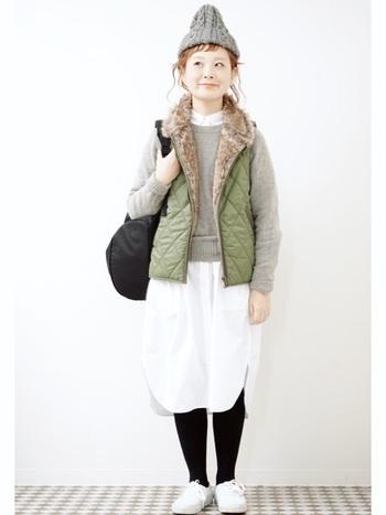 モコモコ素材のベストも、春らしいカラーや素材の服と合わせることでスッキリとした着こなしに。
