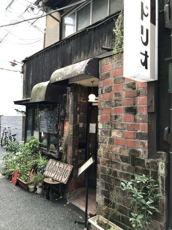 日本で初めてウィンナーコーヒーを出したことで有名なのが、純喫茶「LADRIO(ラドリオ)」。1949年に神保町にオープンしたこちらの老舗喫茶店は、ご覧のように異国のような趣が。