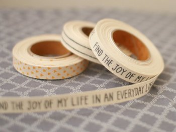 タグのように縫いつけたり、お手ふきタオルをひっかけるループにしたり、巾着の紐にしたり、作品にミシンで叩いてラインを入れても……可愛いプリントのコットンリボンはいくらでも使い道がありそうです。