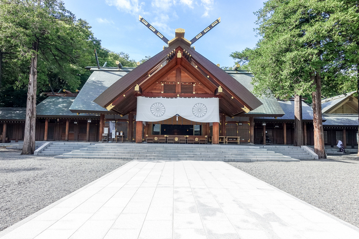 """札幌市にある""""北海道神宮""""は、未知の土地で開拓に奮闘する人々のために北海道の守護神「開拓三神」をお祀りするために建立されました。縁切りをはじめ多くのご利益がある神社として親しまれており、初詣に訪れる人も北海道No.1の道内随一のパワースポットでもあります。"""