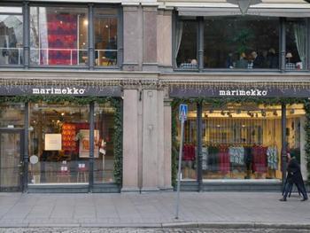 ヘルシンキのエスプラナーディ通りにある、マリメッコ・マリクルマ本店。地元ではウニッコのバッグを持って歩く女性や鮮やかな色合いのワンピースを着ているおばあちゃんなどを見かけ、国民的なブランドであることを肌で感じるはず。