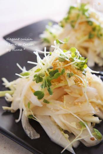 春キャベツを使った大根サラダ。味付けは寿司酢とごま油で。カレーとのメリハリがつく酸味の効いた和風の付け合わせです。