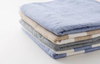 【中川政七商店(なかがわまさしちしょうてん)】にも、今治タオルとコラボしたオリジナルのタオルがあります。こちらもガーゼ×パイルのリバーシブルで、デザインは淡い色の無地とボーダー。薄手なので毎日お洗濯したい方にぴったりです。