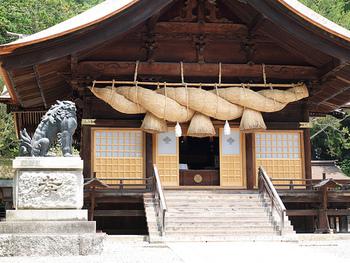 大注連縄が圧倒的存在感の神楽殿。こちらも重要文化財に指定されています。 狛犬は、体長は1.7メートルで、存在感抜群。青銅製のものでは、日本で一番大きいとされていますよ。 「秋宮」も家庭運、結婚運のご利益で有名。また、今やっている事を発展させる力をもたらしてくれるとも言われています。