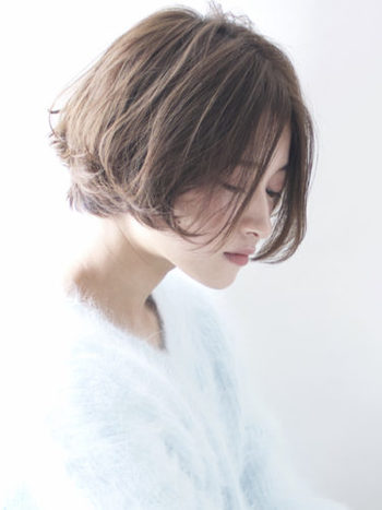 毛先に動きがでるように質感のコントロールの入った大人フェミニンショート。パーマをかけていない方はハードめなワックスで、パーマをかけている方はムースやミルクで毛先の動きをつけて。トップは分け目をつくらず乾かすこと。