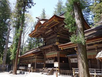 JR・下諏訪駅から徒歩約20分ほどのところにある「春宮」。 二社四宮の中でも、最初の鎮座地とされています。立派な楼門を持つ拝殿は、重要文化財指定。拝殿の後ろにある杉の木が御神体で、本殿と呼ばれる建物がない、原初の神社形態であることが特徴です。