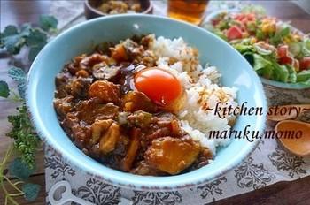 関西で人気なのが「カレーに生卵」。食感がなめらかに、口当たりはマイルドになる名物トッピングです。黄身だけを落とす人も多いよう。ゆで卵か目玉焼きか、または砂糖入りスクランブルエッグ派というお母さんも。