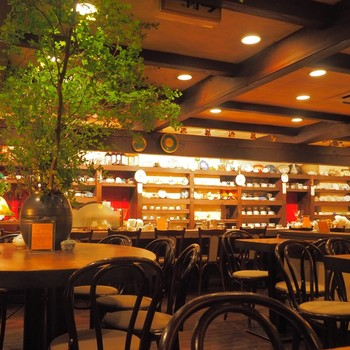 渋谷・宮益坂にある「茶亭 羽當(さてい はとう)」 は、1989年から続く珈琲店。変わらぬコーヒーの味を守り続けています。落ち着きのある店内にはコーヒーカップがずらり!
