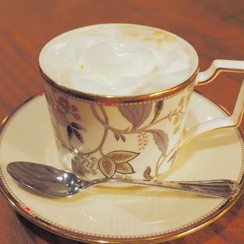 開店当初から同じコーヒーの味にはファンが多く、あのブルーボトルコーヒーの創業者も絶賛するほどなんだとか!ウィンナーコーヒーは、コーヒー自体に甘みが。しっかりと固めのクリームとともにいただきます。