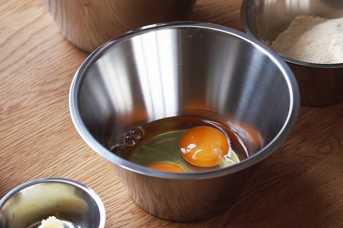 天ぷら衣(ころも)の材料は、基本的に薄力粉、玉子、水の3つですが、これらをよく冷えた状態で混ぜるのがポイントです。卵はもちろん、粉も冷蔵庫で冷やしたものを使用するのがおすすめ。