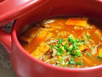 豆腐チゲに厚揚げを使うことで、コクがアップ!コチュジャン・豆板醤のダブル使いで深みのある味わいのスープに仕上がっています。辛いのがお好きな方は、豆板醤を多めにすると◎ごはんやうどんを入れて、〆まで美味しく味わいましょう。