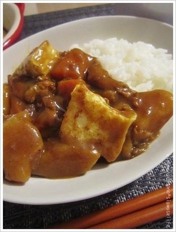 ごま油で焼いた豆腐は、カレーとの相性バッチリ。しっかり水分を切ってカリッと表面を焼くのがポイント。