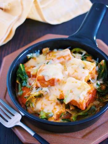 大人気の韓国料理「チーズタッカルビ」を厚揚げを使って再現!フライパンに具材をのせ、タレをかけて蒸すだけ。ピリ辛のコチュジャンダレが厚揚げによく絡まり、たまらない美味しさです。