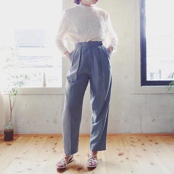 贅沢に使われた総レースのタックブラウス。袖の部分にだけ透け感があり、とても上品ですね。きれいなグレーのパンツと合わせた、品のいい着こなしにぴったり。