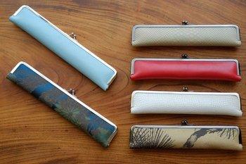 扇子入れは1年中必需品。夏はバッグの中で扇子を守り、冬には飾っておけるオシャレな収納ケースに。レザー製なら年々味わいを増し、一生使ってもらえます。