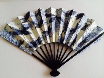 これからやってくる夏日に備えて、扇子も喜んでもらえるのではないでしょうか。手頃な値段のものもありますが、プレゼントするならワンランク上の1本を。この京扇子は、両サイドに異なる銅版画が刷られています。