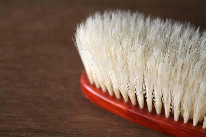 二段植毛で毛先を生かした、やわらかなブラシなので、着物やカシミヤなどのデリケートな生地も傷つけずに使用できます。卒業、入学、歓送迎会などの行事と重なる花粉の季節。スタイリッシュに決めた際も、安心して使用できて◎。
