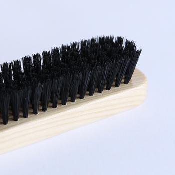 英国王室御用達の老舗メーカーが作るブラシは、しっかりとした硬めの天然の豚毛ブラシなのでジャケットやウール、スエードなどにも使え、しかもブラッシングを繰り返しても生地を傷めにくく、静電気が起こりにくいことも特徴です。