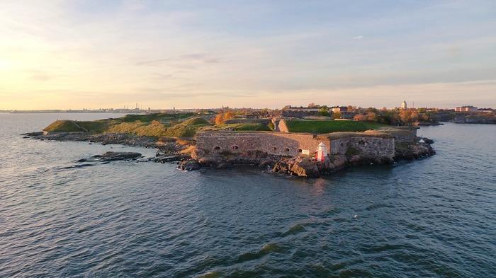 フィンランドの大きな特徴の一つである群島。南部の沿岸には世界最大の群島が点在していて、それぞれが本土とは違った景色や表情を持っています。 写真は世界遺産に登録されているスオメンリンナの要塞。ヘルシンキ港の入口に位置する群島エリアにあり、18世紀後半にスウェーデンが建造したものです。当時のヨーロッパの軍事施設を今に残す巨大なモニュメントであると同時に、フィンランドで最も人気のある観光地でもあります。城壁と兵舎を改修した建物には、約800人が住んでいるそう。